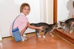 猫女孩她的年轻人 免版税库存照片
