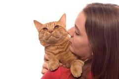 猫女孩拿着橙色平纹少年 免版税库存照片