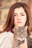 猫她的少年 库存图片