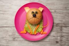 猫由面包、乳酪和菜做成在板材和木头 免版税库存图片