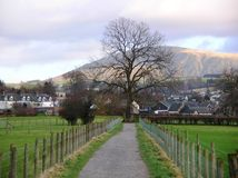猫镇沿边缘走的响铃, Cumbria,英国美丽的景色  免版税图库摄影