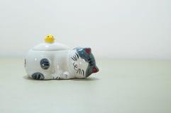 猫陶瓷玩偶 免版税图库摄影