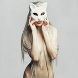 猫面具的性感的金发碧眼的女人 免版税图库摄影