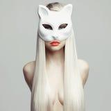 猫面具的性感的金发碧眼的女人 图库摄影