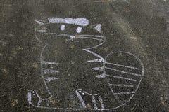 猫,在沥青的粉笔画 库存照片