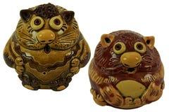 猫-陶瓷小雕象 在一个空白背景 库存照片