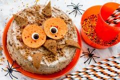 猫头鹰蛋糕-万圣夜或生日聚会点心,可口奶油 免版税库存图片