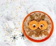 猫头鹰蛋糕-万圣夜或生日聚会点心,可口奶油 免版税库存照片