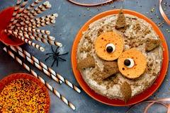 猫头鹰蛋糕 万圣夜或生日聚会点心,可口奶油c 库存照片