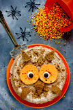 猫头鹰蛋糕 万圣夜或生日聚会点心,可口奶油c 免版税库存照片