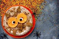 猫头鹰蛋糕 万圣夜或生日聚会点心,可口奶油c 图库摄影