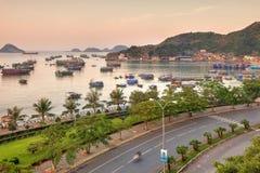 猫Ba海岛五颜六色的小船 免版税库存照片