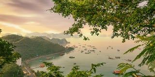 猫Ba海岛五颜六色的小船 库存照片