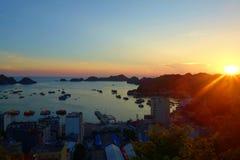 猫Ba海岛全景俯视的口岸和渔船有五颜六色的日落的,下龙市海湾,越南 免版税库存图片