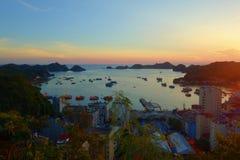 猫Ba海岛全景俯视的口岸和渔船有五颜六色的日落的,下龙市海湾,越南 库存图片