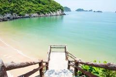 猫ba海岛城市海滩在越南 免版税库存图片