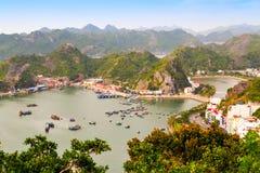 猫Ba Katba海岛、越南小船和浮动村庄近 库存照片