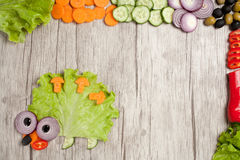 猬由新鲜蔬菜做成在与成份的桌 免版税库存图片
