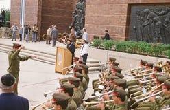 献花仪式在以色列犹太大屠杀纪念馆的浩劫阵亡将士纪念日 图库摄影