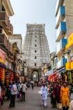 献身者参观Sri Govinda王侯斯瓦米寺庙, Tirupati,印度 免版税库存照片