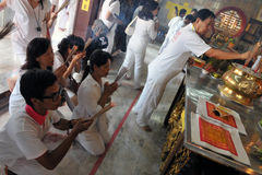 献身者在道士寺庙祈祷 库存图片