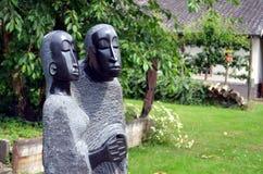 献身雕象夫妇在公园里 库存照片