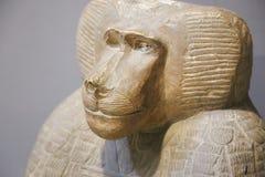猴子关闭-开罗博物馆的雕象 库存照片