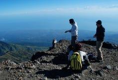 猴子和登山人登上林贾尼火山峰顶的 图库摄影
