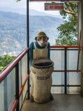 猴子喜欢有垃圾桶的一般工作者 库存照片
