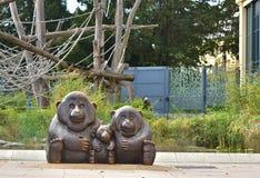猴子家庭的雕象 免版税图库摄影