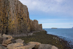 玄武岩与海,南冰岛的岩层 免版税图库摄影