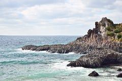 玄武岩柱状联合海岸在JungMun 库存照片