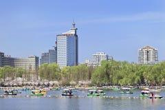 玉渊潭公园的昆明湖有在背景,北京,中国的大厦的 免版税库存照片