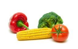 玉米、硬花甘蓝、在白色backgr隔绝的甜椒和蕃茄 库存图片