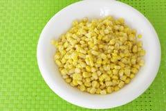 玉米五谷在绿色桌布的 库存图片