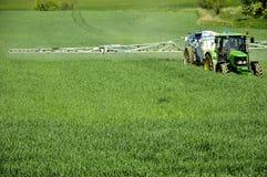 玉米农田拖拉机 免版税库存照片