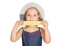 玉米吃女孩甜的一点 免版税库存图片