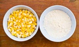 玉米和淀粉在木桌上 免版税库存照片