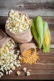 玉米和玉米花在土气版本 免版税图库摄影