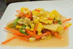 玉米和番木瓜沙拉,辣泰国食物 免版税库存图片