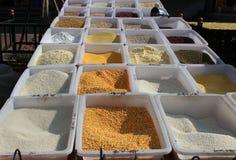玉米和米在市场上 免版税库存图片