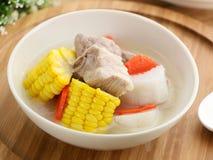 玉米和红萝卜薯类炖与在白色碗的猪排在木 库存照片