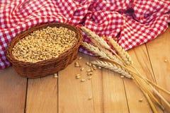 玉米和麦子耳朵篮子  库存图片