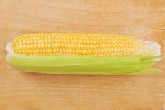 玉米在木背景的玉米棒子 免版税库存图片