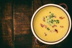 玉米奶油色汤用在木背景的烟肉杂烩 库存图片