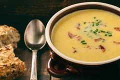 玉米奶油色汤用在木背景的烟肉杂烩 库存照片