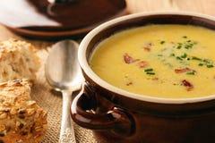 玉米奶油色汤用在木背景的烟肉杂烩 免版税库存照片