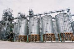 玉米存贮和铁路的农业谷物仓库大厦 免版税库存图片