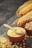 玉米少量和种子在碗,棒子在背景 Selectiv 免版税库存图片
