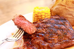 玉米棒玉米牛腰肉排主街上蔬菜 免版税库存照片